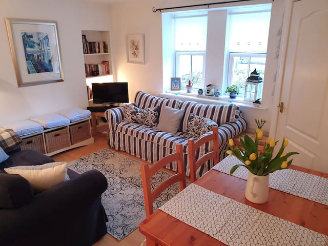 Stoney Creek Cottage [UNDER NEW OWNERSHIP] heart of Crail, 2-minute walk to the beach and 5-minute drive to golf. Wifi. Pets welcome. Sleeps 2-4