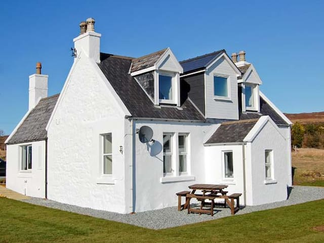 HILL COTTAGE, family friendly, with open fire in Dunvegan, Ref 21750