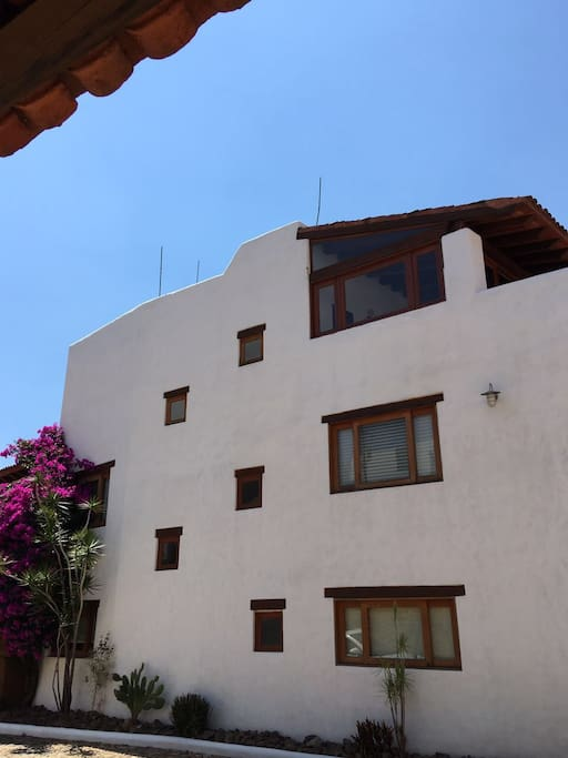 Es amplia, ubicada en la mejor zona de Oaxaca, ideal para el descanso familiar en fraccionamiento cerrado y seguro.