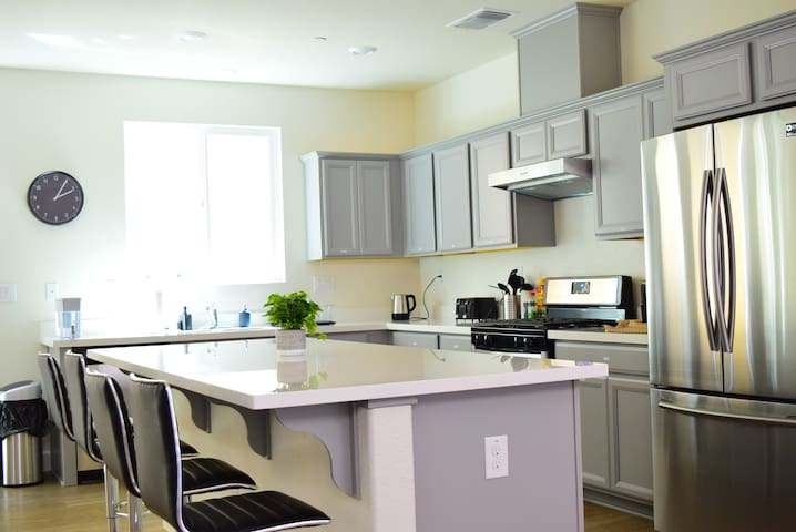 ★Brand New Kitchen & Laundry UCDMC Sac Airport(W)★
