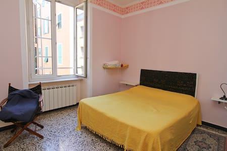 Stanza matrimoniale in pieno centro a Genova