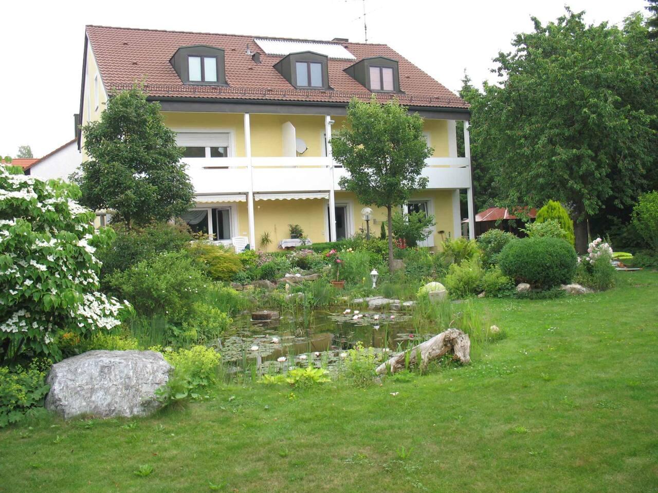 Gesamtansicht Haus und Grundstück