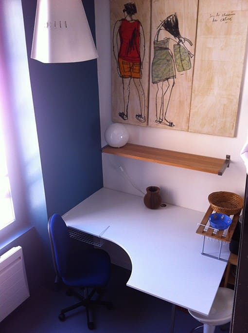 Le bureau, large plateau, étagère, lampe et Wifi.