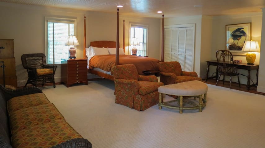 Carriage House Queen Room