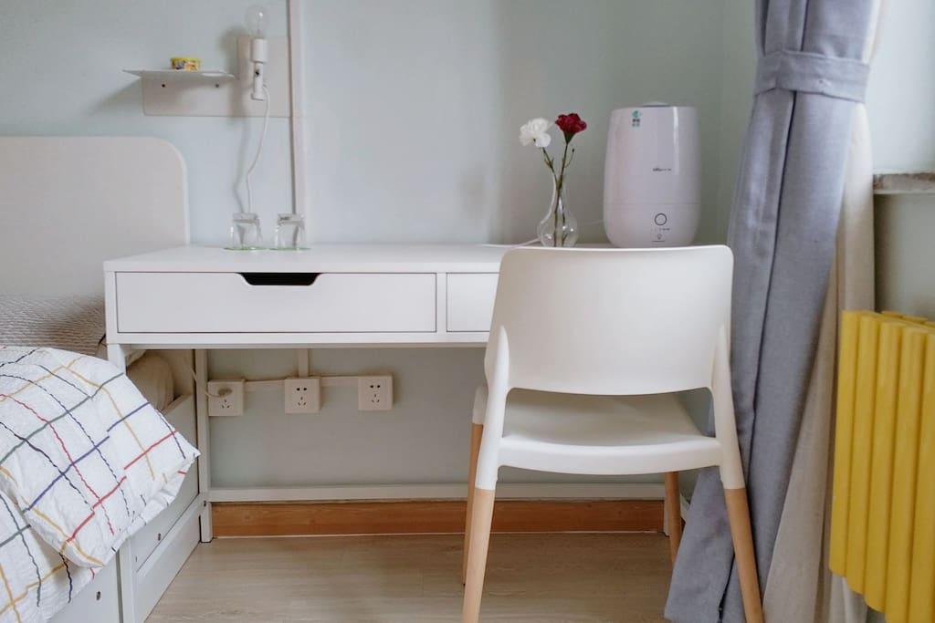 桌椅、充电口、加湿器、杯子。 Desk and chair,Charging port,Humidifier,Cup.