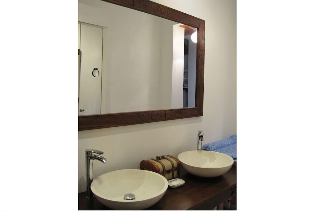 Double vasque et grand miroir