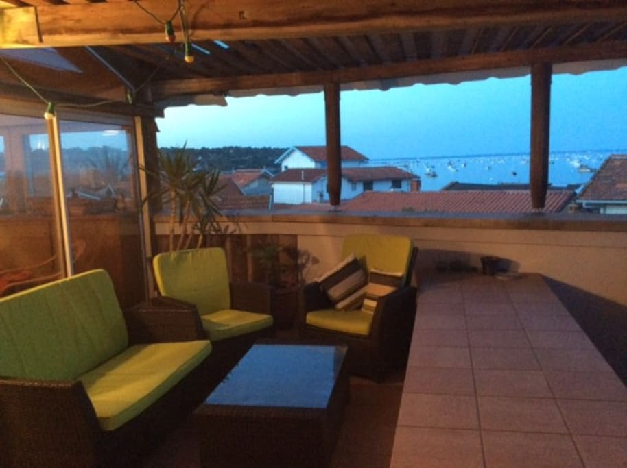 Terrasse couverte avec vue sur le Bassin