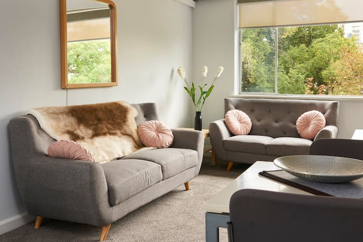 Newly Furbished Boutique Queen Apartment + Parking