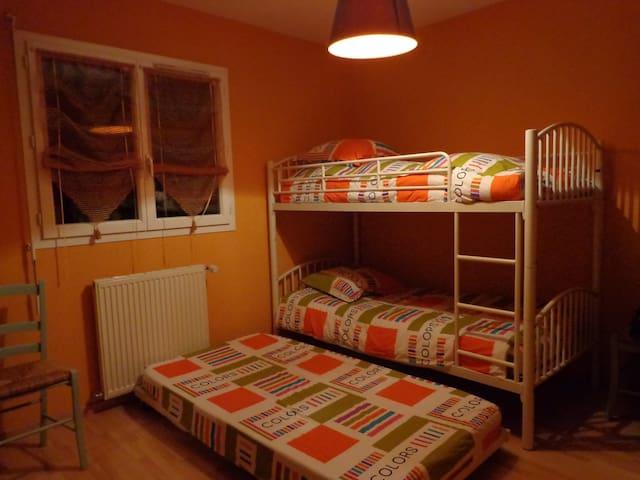 Chambre No 3 lit gigone + lit superposé pour deux ou trois personnes