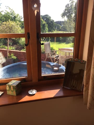 Double room and hot tub with private entrance.