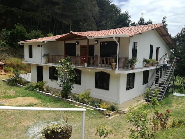 El Edén, Casa de Campo