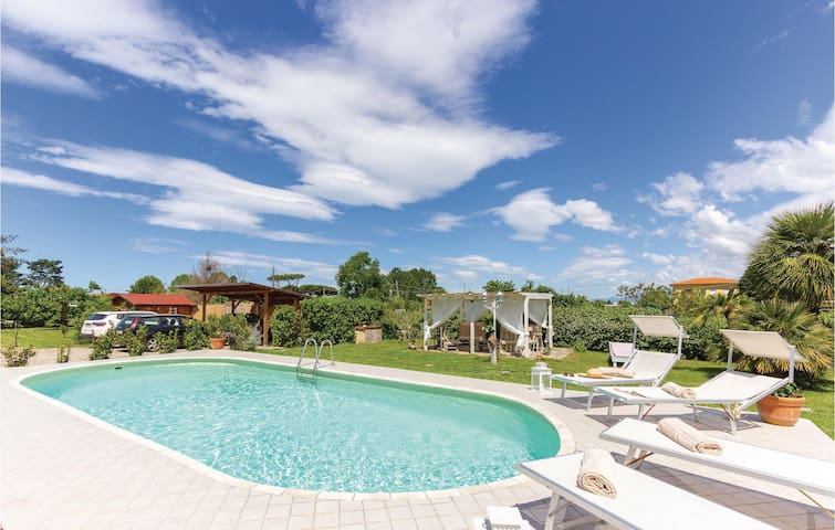 Holiday cottage with 3 bedrooms on 170m² in Viareggio LU