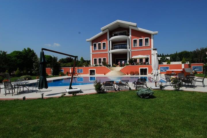 Silivri Gazitepe'de 3 katlı, havuzlu lüks villa