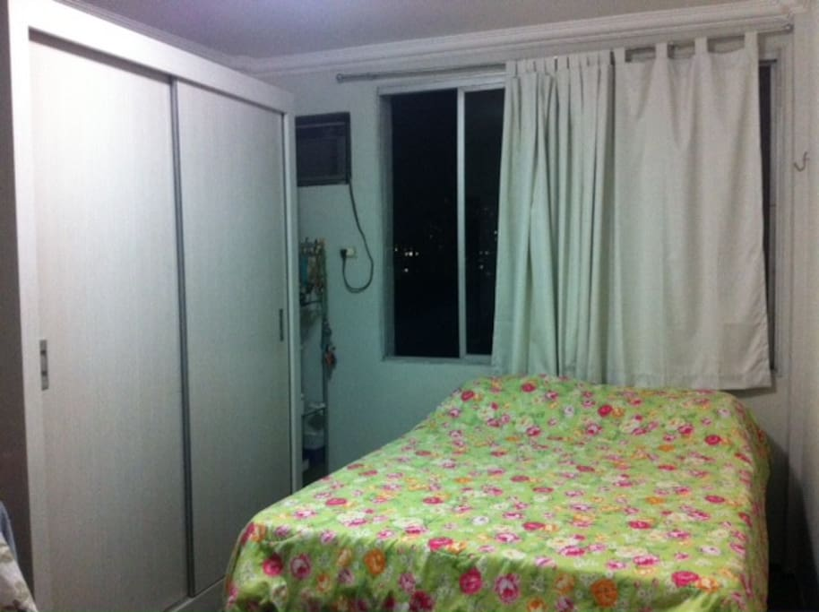 quarto com cama de casal, armário e ar condicionado
