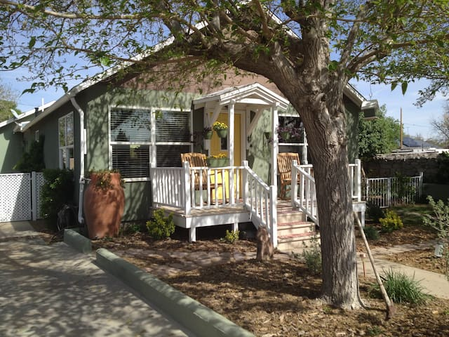 Inside and Out Comforts of Home-Historic Downtown - Las Cruces - Huis