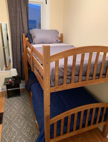 Twin bunk bed!close to UNION STATION! FREE PARKING