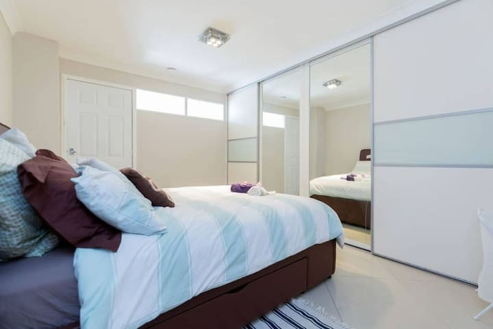 Zoe's Peace House - Large Triple Room for 6 guests