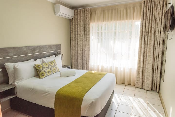 Glamour Villa with Penthouse min away from Menlyn