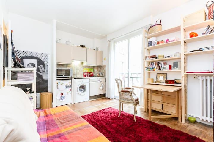 Quiet living room to relax (and eat cheese) /  Profitez du salon donnant sur jardin