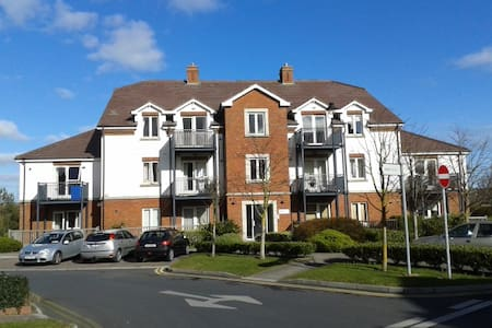 Apartment in Portmarnock, perfect for golf holidays or city breaks.   8km from airport, 14km from city / 20mins by DART, station 5mins from apartment. 15min walk to stunning Portmarnock beach. Easy access to Malahide/Howth and a range of restaurants.
