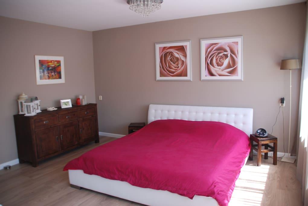 The master bedroom/De ouder slaapkamer