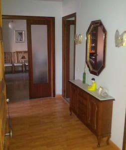 Private room with two single beds - Lleida - Apartment