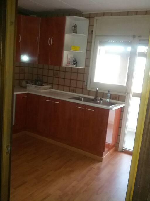 Confortable and refurbished kitchen / Cocina práctica y recién reformada