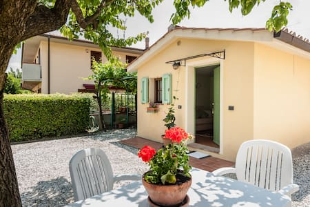 It is a little home with private entrance, very comfortable for two persons.There is a furnished kitchen, a comfortable sofa/bed, a bathroom and parking space.It is near the medieval village of Vicopisano, at 20' from Pisa-Lucca and1h from Florence