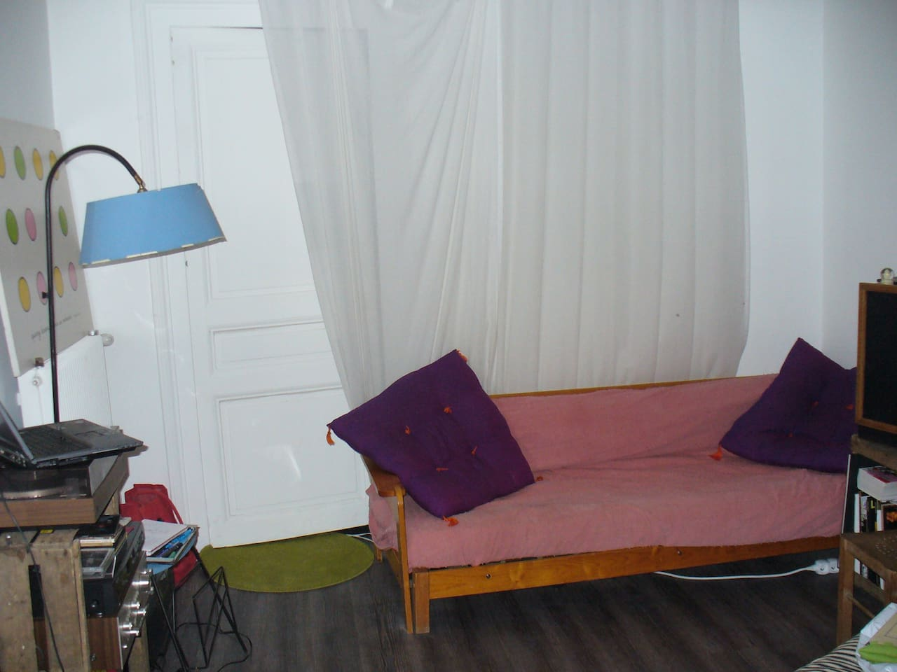 Le canapé dans le salon (the couch in the room)