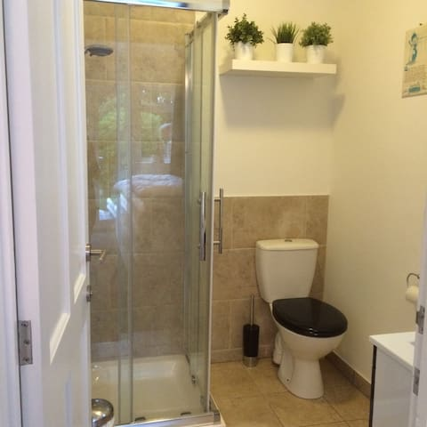 Light & roomy twin bedwith ensuite shower room - Swanage