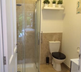 Light & roomy twin bedwith ensuite shower room - Swanage - Rumah