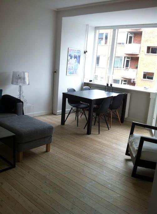 Livingroom with diningroom table
