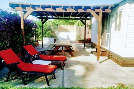 Bungalow aislado con piscina privada y parking