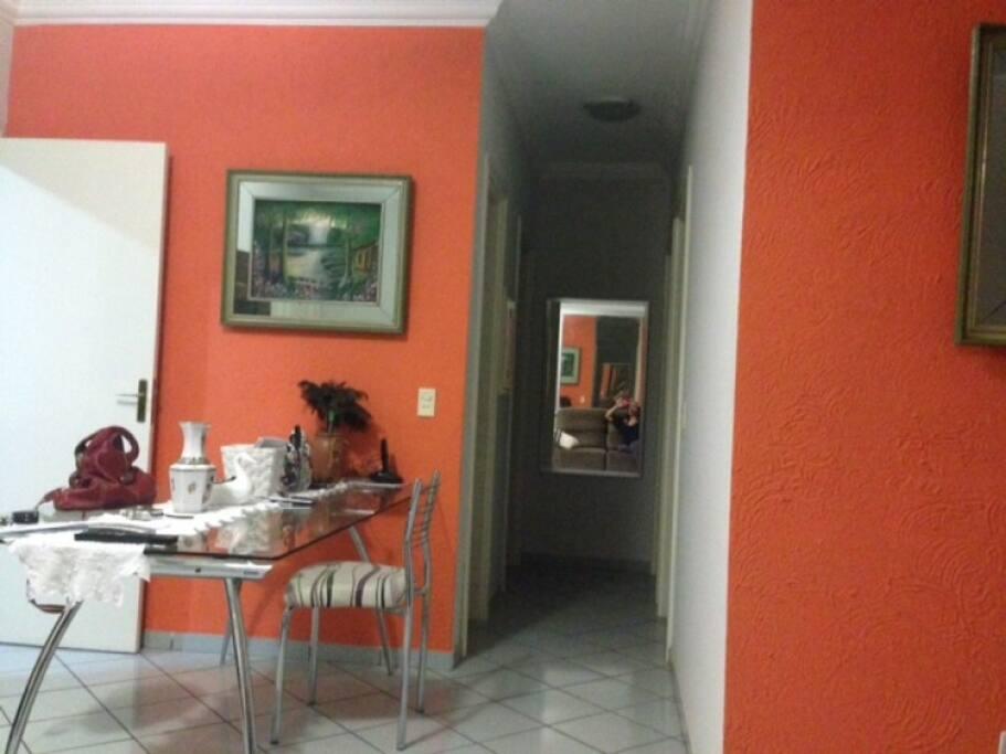 sala de jantar para 6 pessoas versátil e agradável conexão com a sala de TV.