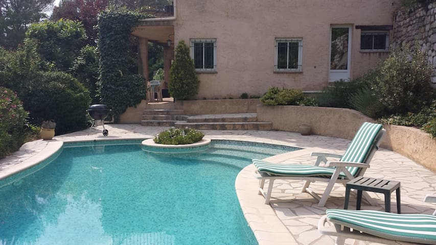 Quiet 2 bedroom appartment in villa with pool - Roquefort-les-Pins - Apartamento