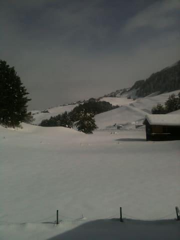 Blick aus Wohnung Richtung Skigebiet.