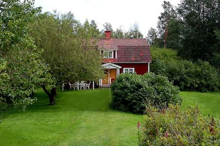 Cottage for 8. Near lake and river. - Kisa - Hus