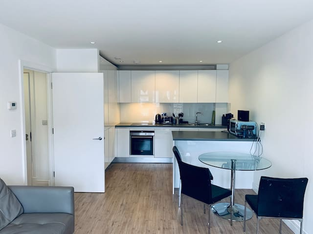 luxury two bedroom close to Stations 5-8 min