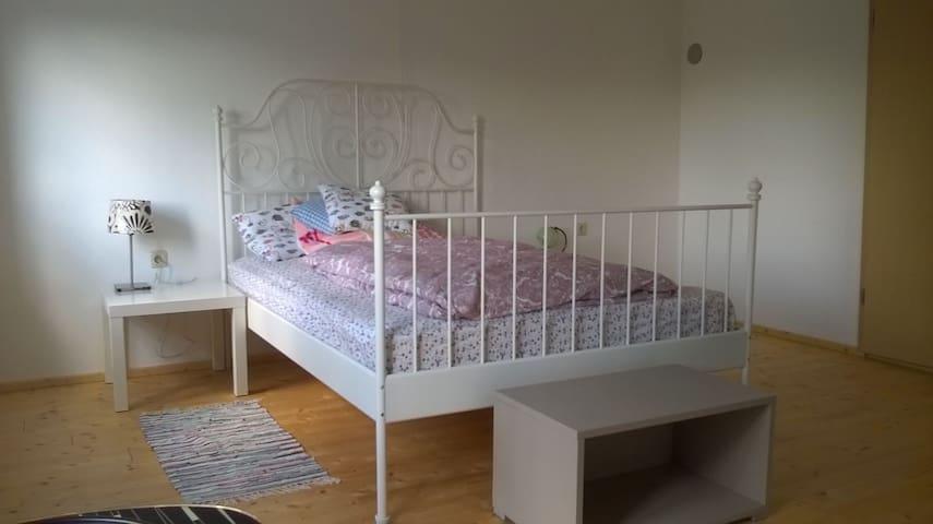 Helles, freundliches Zimmer in traditionellem Haus - Geiselhöring - Huis