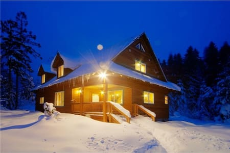 Stevens Pass Chalet (Entire house: 4-10 guests)