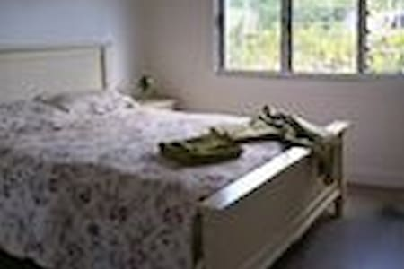 Large airy room with queen bed. - Mullumbimby