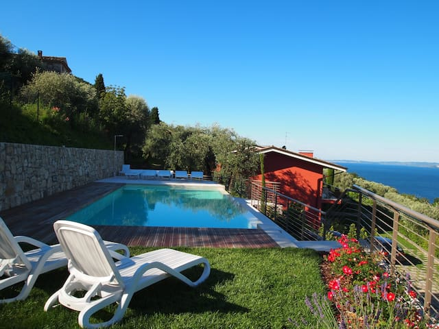 Gianni with 2 bedrooms, in the ground floor with garden and lake view