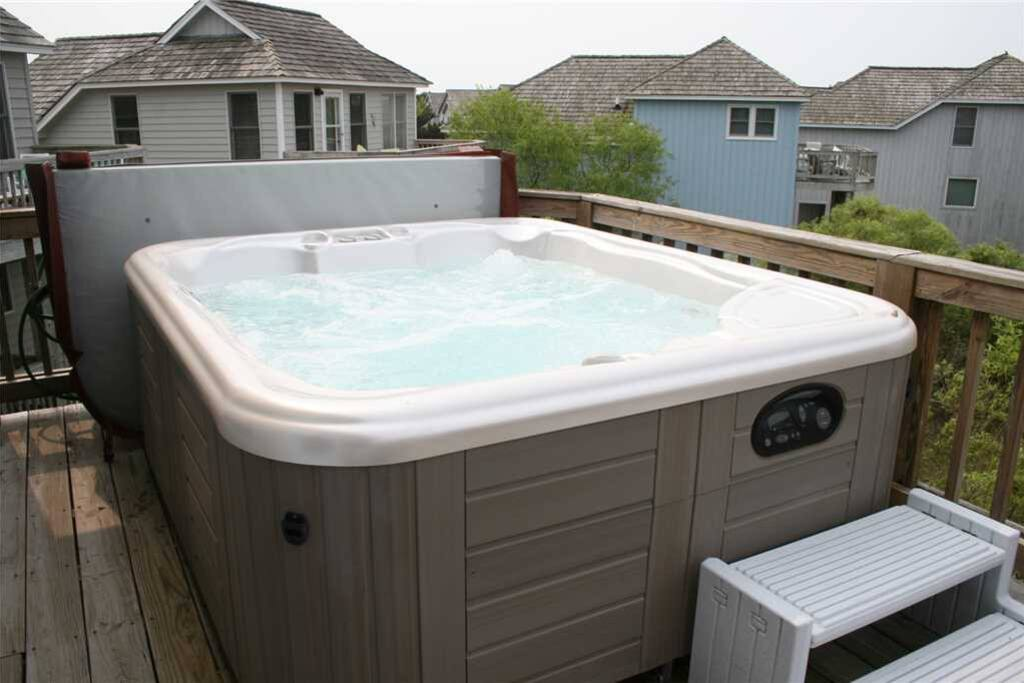L25: Liv4 Summer II | Hot Tub