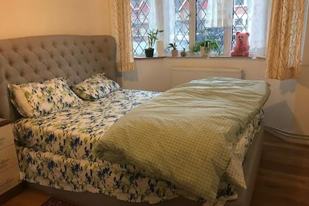 Kingsize bed, private bath: Purley railway station