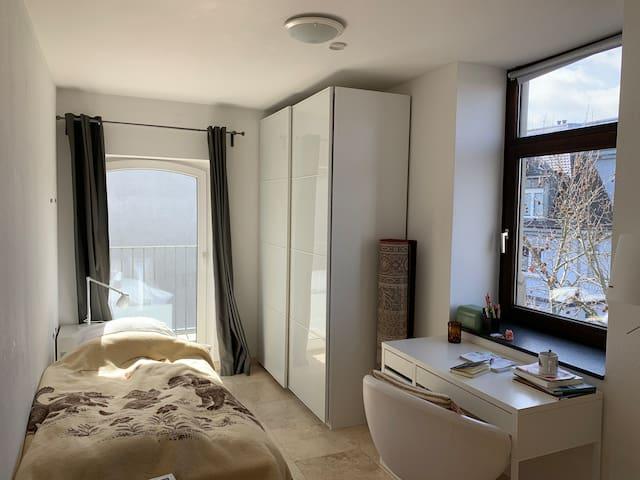 Zentrales helles Zimmer mit Balkon in Altbau