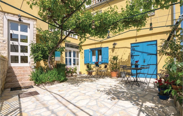 Holiday apartment with 3 bedrooms on 103m² in Posedarje