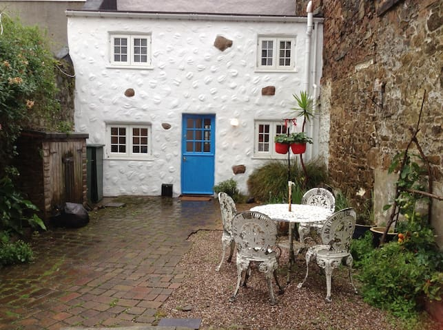 St Helier Courtyard Pied A Terre & close to beach