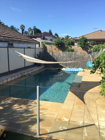 3 bedroom family house with pool. - Campsie - Haus