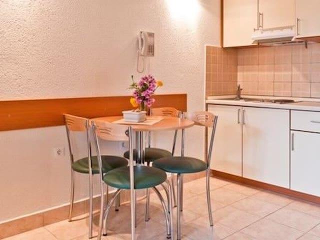 One bedroom Apartment, 150m from city center, seaside in Klek, Balcony