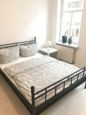 Gemütliches Schlafzimmer mit 140x200 m Bett